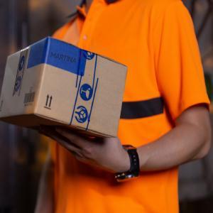 Thực hiện giao hàng cho khách khi may hoàn thành